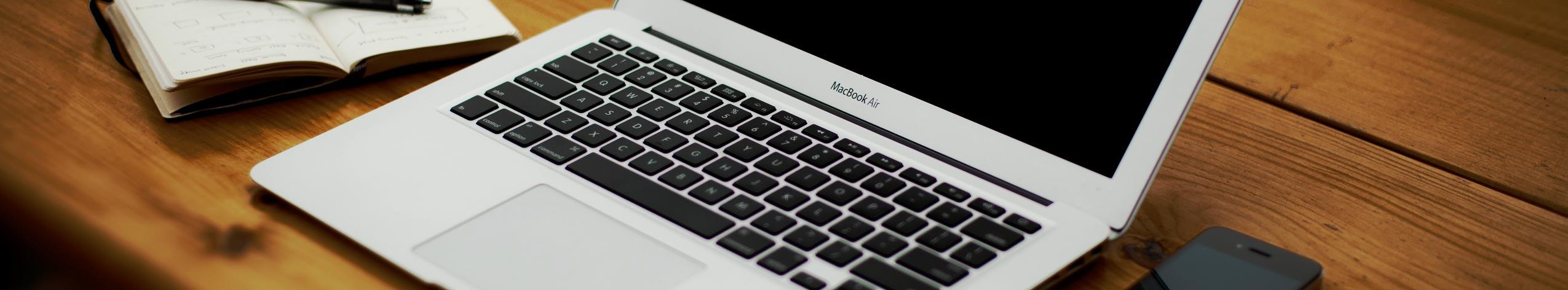 Bureau de travail de l'éditeur freelance - macbook - carnet - portable